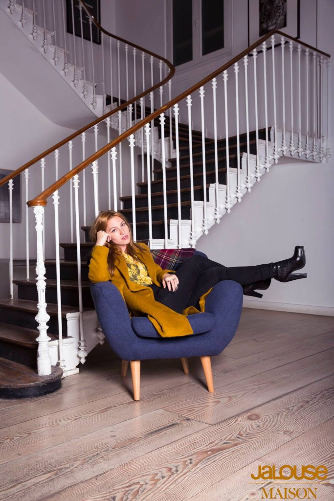 Josephine de la Baume sur le fauteuil JEN pour JALOUSE MAISON  JALOUSE MAGAZINE copie