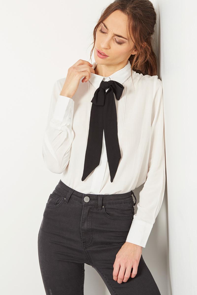 Vente #collectionIRL Showroomprivé pour femme, chemisier blanc à col lavallière noir