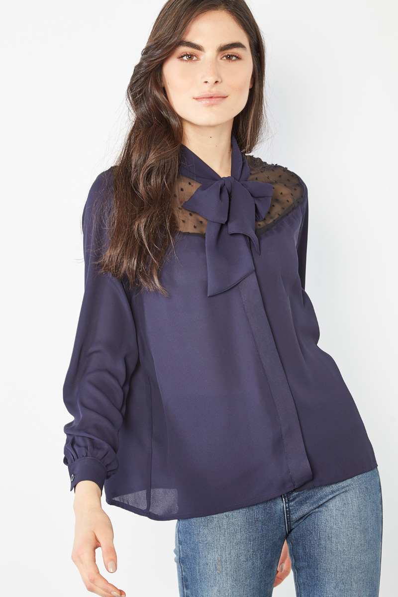 Vente #collectionIRL Showroomprivé pour femme, chemisier col lavallière bleu marine et empiècement en dentelle