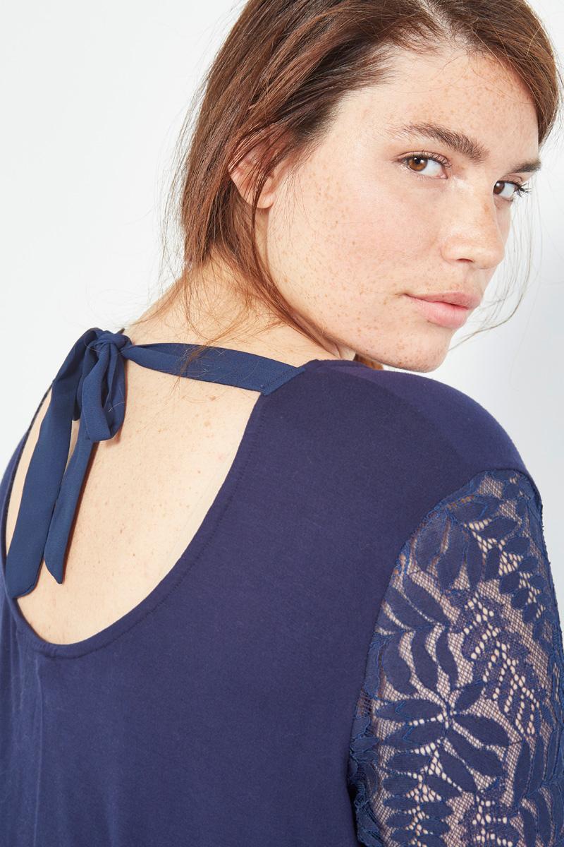 Collection capsule #curveIRL par #collectionIRL disponible sur Showroomprivé, chemisier bleu à nœud et manches en dentelle pour femme.