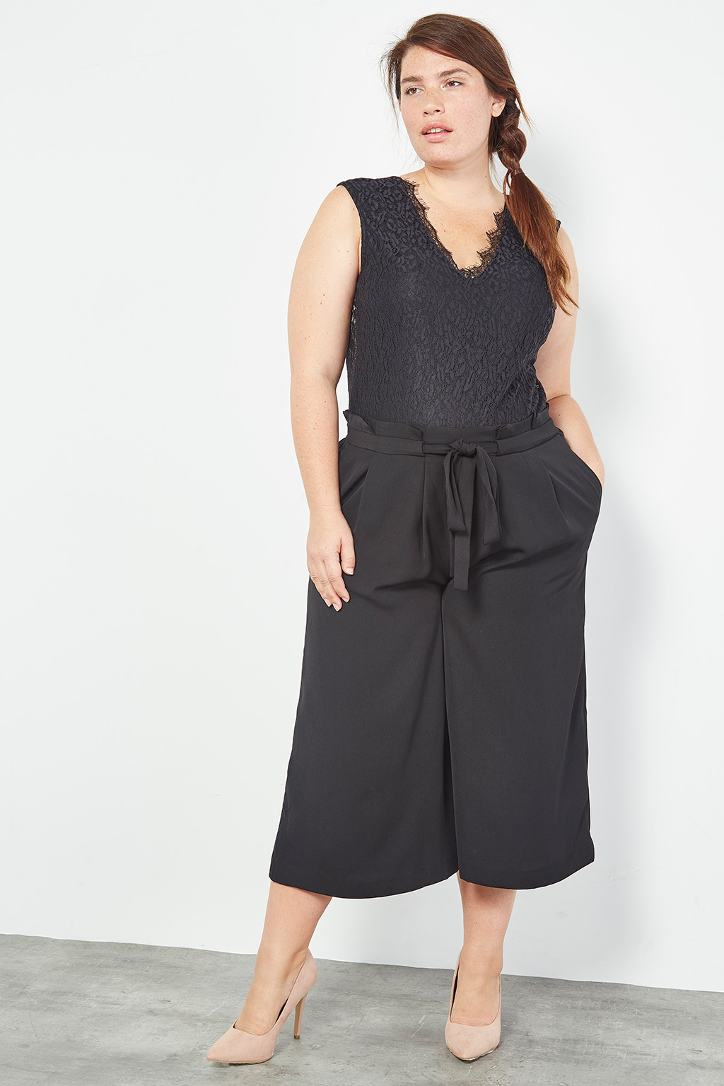 Collection capsule #curveIRL par #collectionIRL disponible sur Showroomprivé, pantalon noir en toile à nœud et body en dentelle femme.