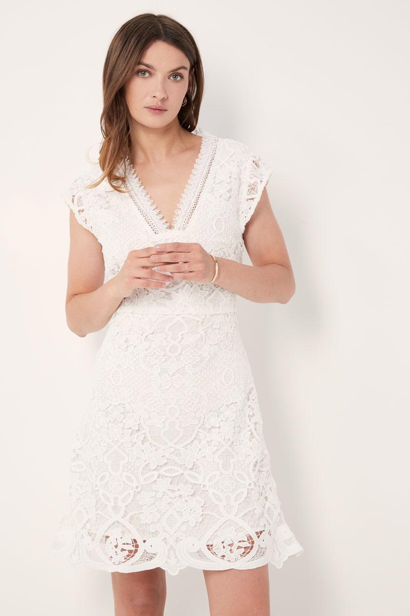 Comment créer 5 looks avec une robe blanche par Showroomprivé.